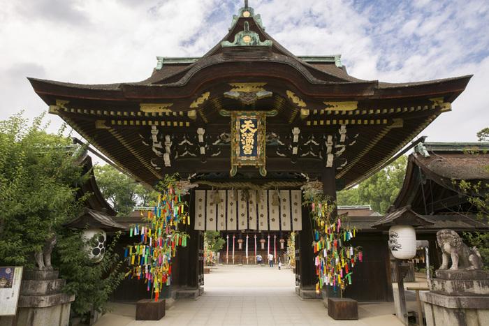 天神市とも呼ばれる北野天満宮の骨董市。 「天神さんの日」で知られる毎月25日に北野天満宮とその参道で開催されています。
