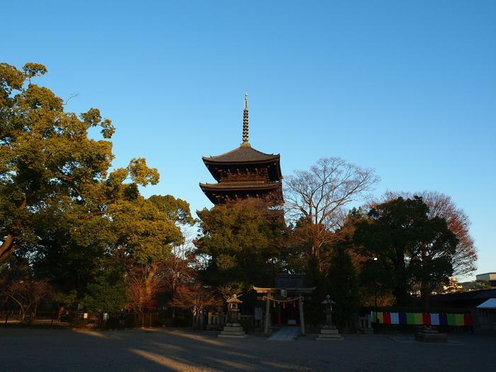 東寺弘法市は毎月第一日曜日と元旦~4日まで、東寺南大門周辺にて行われている骨董市です。 なんと出店数は1,000店以上、品揃えもその分豊富です。