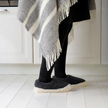 見るからに温かそうなルームシューズは、なんといってもこのふわふわ感が魅力。ウール100%なので、履き心地もあたたかで、足をすっぽりと優しく包み込んでくれます。