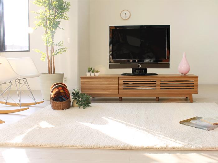 お部屋の印象を大きく左右するラグは、見た目も肌触りも柔らかくあたたかなものが◎滑らかなファイバーのホワイトラグで温もりあるお部屋に。