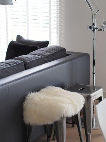 モフモフの羊毛ラグをスツールにのせるだけで、あたたかな雰囲気に。白の暖かな素材感がシックなお部屋の印象を和らげてくれます。