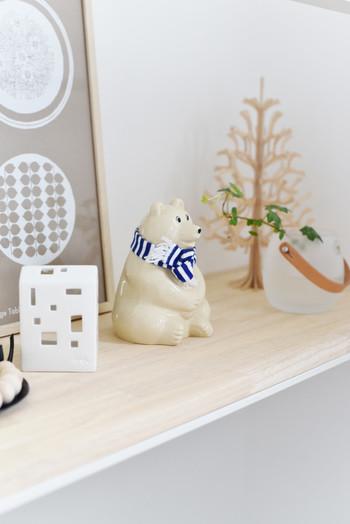 北欧好きに愛されているフィンランドの「シロクマの貯金箱」も、マフラーをつけて冬の装いにチェンジ!お部屋のほっこり可愛いらしいアクセントになってくれますね♪
