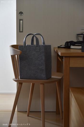 フェルト素材のiittalaのホームバッグは、収納アイテムとして使っている人が多いバッグです。あたたかみのあるフェルトのバッグに、毛糸や編みかけの作品を収納してもいいですね♪