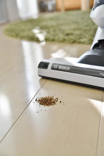 クリーナーフレグランスチップを使うのもおすすめです。こんな風に掃除機で吸い込ませると、お部屋をキレイに掃除しながら、排気からいい香りが漂ってくれます。