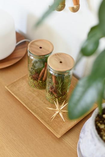 こちらはWECKの瓶に、モミの木の葉、シナモン、スターアニスなどを入れています。お好みで他の木の実やドライフラワーなどをプラスしても素敵♪