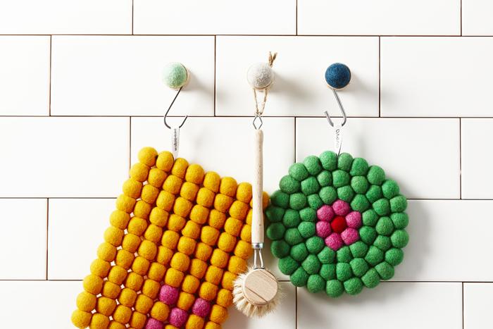 ころんと丸いフェルトフックに、カラフルなフェルトボールの鍋敷きを掛ければ、ほっこり鮮やかなインテリアに♪