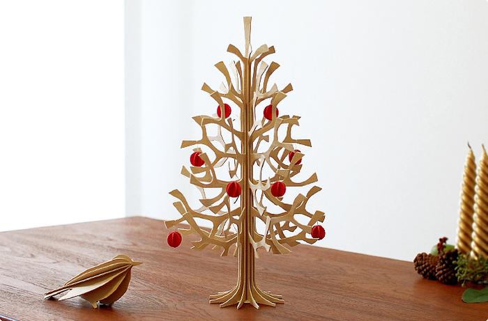 バーチ材で作られたナチュラル感たっぷりのツリー。クリスマスの時期には、オーナメントをつけるとクリスマスツリーにも◎オーナメントを外せば、クリスマスを過ぎてもそのまま飾れます♪