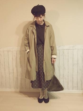ベレー帽、水玉のスカート、ファーのバッグ…ガーリーなアイテムたちを、大人の雰囲気にまとめてくれるのが、グレーのタイツなんです。