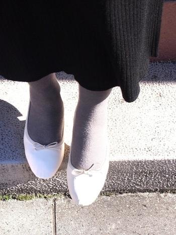 白のバレエシューズには、黒よりもグレーのタイツを合わせてみて。こんなに優しい雰囲気が作れます。