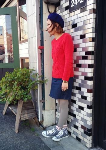 グレータイツに、赤×白のボーダー靴下を合わせたマリンカジュアルコーデ。靴下の赤をセーターに、タイツのグレーをスニーカーに…と色をリンクさせるとまとまりやすいですよ!