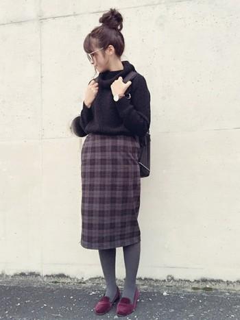 ボルドーのぺたんこ靴と、同色系のチェックスカートを自然につなぐグレータイツ。秋冬にぴったりの色合いですね。