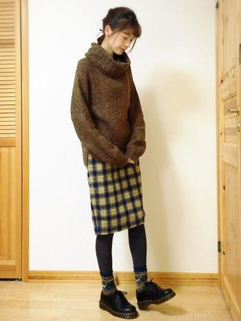 ざっくりニットにチェックのスカートのあったかコーデには、チャコールグレーのタイツとノルディック柄の靴下を合わせて、足元もお揃いであたたかく。