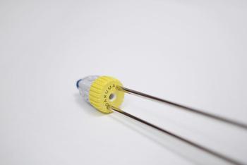 中央に大きな穴(4~15号)がひとつ、両脇に小さな穴(0~4号)がふたつ。太い針から細い針までカバーする優れものです!