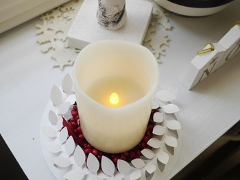 ペーパーリースとLEDキャンドルを組み合わせた、シンプルな灯り。白で統一するからこそ暖かな光が映えますね。
