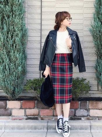 ライダースジャケット×タイトスカートの甘辛コーデ。足元はバッグと色を合わせた黒のオールスターでカジュアルにまとめて。
