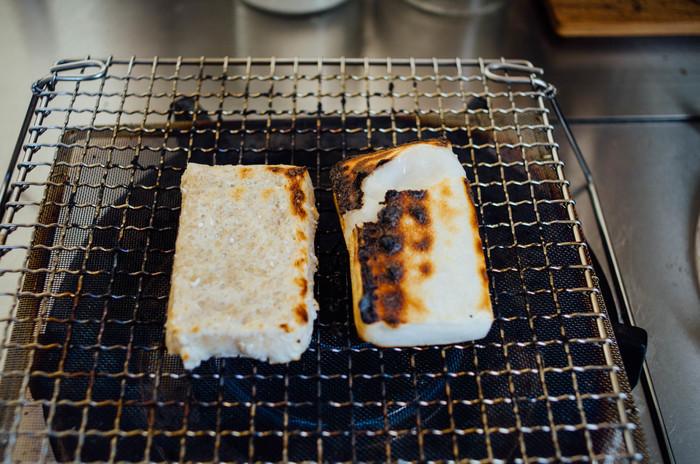 パンの他にも、野菜やお餅、干物なども焼いてもOK。目の細かい焼網受がガスの直火を和らげてくれ、ふっくら香ばしく仕上がります。折り畳み式の脚なので、使い終わったらコンパクトに収納できるところも魅力的ですね。