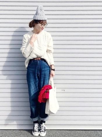 オールスター×デニムの定番コーディネート。ニット帽やロールアップデニムなど、可愛らしさのあるアイテムと相性◎ 重たくなることなく、カジュアルに足元を引き締めてくれます。