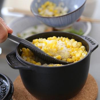 ドーム状の蓋で、炊いた際まんべんなく雫が落ちるよう工夫がほどこされています。ふっくらツヤツヤに炊き上がったご飯は格別ですよ。 サイズはS(1合)とM(2合)の2種類。白いご飯の他にも、たきこみごはんなどもオススメ。その他にもスープや煮込み料理にも使えます。