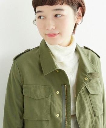 肌寒いけど分厚いコートを着るにはまだ早い…そんなとき、気軽に羽織れるミリタリージャケットがあると便利です。