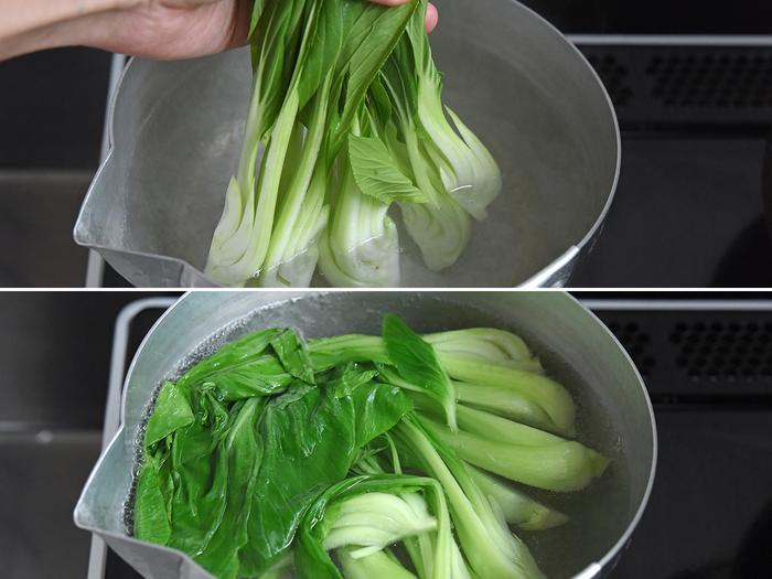 沸いた鍋に、先に根本側を入れて1分ほど茹で、その後全体を落として茹でると◎。冷水に取って、水気をしぼっておきます。