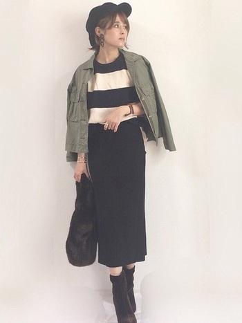 細身のスカートにブーツを合わせて、レディライクな雰囲気を演出。ジャケットは肩に羽織ると女性らしさアップ。