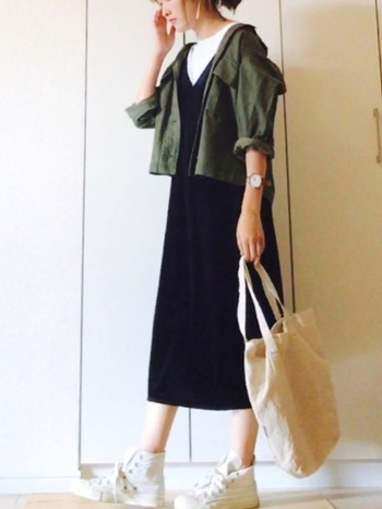ブラックのジャンパースカートも、白スニーカーを合わせると軽快な印象&清潔感が演出できます。