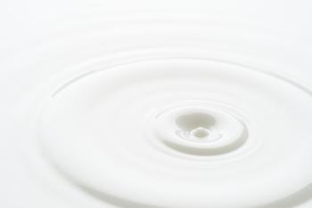 ミルククレンジングは、乳液タイプのクレンジング剤で、お肌にやさしいのが特徴です。汚れ落ちもゆるやかなので、ナチュラルメイクさんにおすすめ。しっかりメイク派さんは、リムーバーと併用するといいですよ♪