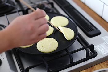 鋳鉄製なので少し重たいですが、そのぶん蓄熱性はバッチリ。一度温まると温度が一定に保たれるので、短い時間で大きさの揃ったパンケーキが焼けます。忙しい朝にもピッタリですね。