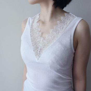 綿の王様とも呼ばれる「GIZA(ギザ)綿」を使用したレースインナー。まるでカシミヤのような美しい光沢ととろみ感のある手触りが魅力です。女性らしいエレガントさとうっとりするような着心地で、着ているだけで満たされた気持ちになりそう。お部屋のリラックスタイムに。