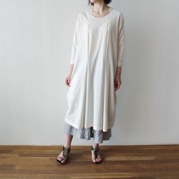 オーガニックコットンで作られたビックシルエットのワンピース。風を含むゆったりとしたシルエットで、身体が自由になる服。レギンスを合わせたり、重ね着をしたりと着こなしも楽しめそうですね。