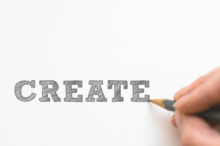 ぱっと思い浮かんだ言葉やメッセージを自由に描くのもおもしろいアイデア。自由にアウトプットすることで、頭の中もすっきり整理されてリラックス効果も得られそう。