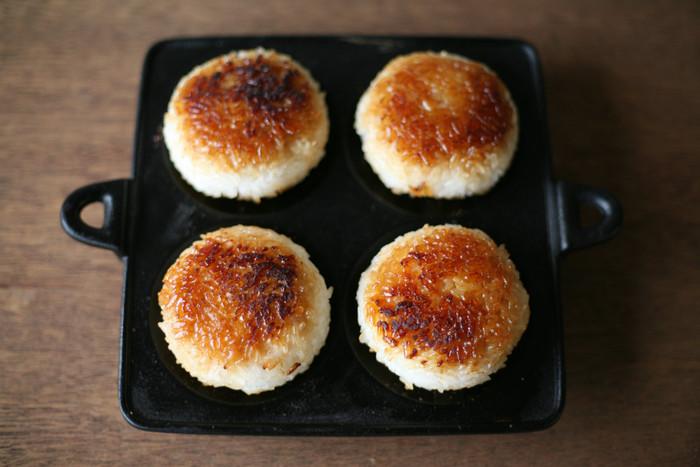 これから寒くなる季節に食べたい、あったかレシピ。お鍋も美味しいけれど、今年は「焼き」にこだわってみませんか?ひとことで、焼くといっても、遠赤外線効果や炭火焼などいろいろなグリル方法がありますが、今回はシンプルに、家にあるオーブンや魚焼きグリルなどのアイテムでできるレシピをご紹介します♪