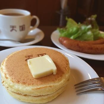 「天国」の焼印が押してある可愛らしいホットケーキ。注文を受けてから粉を混ぜる、シンプルで丁寧な作り方が美味しさの秘密です。
