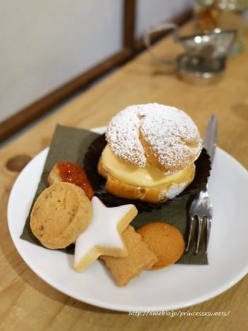 小さめのサイズが可愛らしいシュークリームと、香ばしいクッキーがオススメです。素材の良さをいかした優しい味に、ホッと一息できますよ*