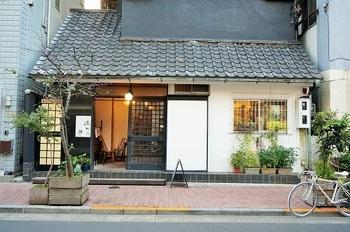 焼き菓子で有名な「ルスルス浅草店」は、銀座線浅草駅から徒歩12分のところにあります。古民家風の外観で、思わず立ち寄りたくなるお店です*