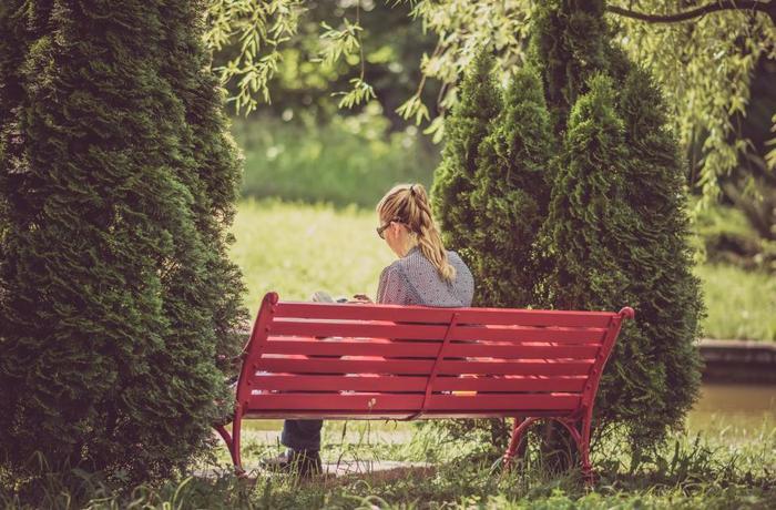ベンチに腰掛けたり、芝生に寝転がったり。自然に包まれながら、のんびりまったり読書する時間は格別です。せっかくなので携帯の電源もOFFにして集中してみましょう。