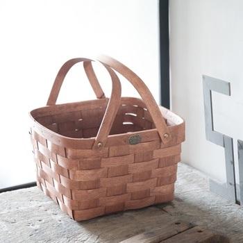 日本ではなかなか出合えない希少なアメリカ製ブランド「Peterboro(ピーターボロ)」の木製バスケット。素朴な佇まいですが、他とは一線を画する存在感をかもし出しています。軽量で耐久性に優れるホワイトアッシュを編み込んでおり、型崩れしにくく長く使えます。普段は、お部屋でオシャレな収納アイテムとして使うのもおすすめ。