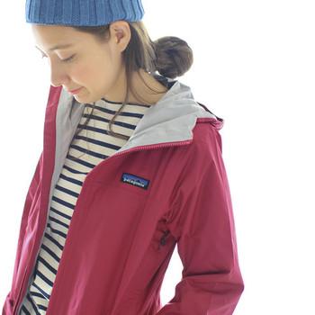 防水性・透湿性を備えたパタゴニアのジャケット。タウンユースからアウトドアまでOKなデザイン性の高さも魅力です。くるくるたためばポケットにコンパクトに収納できるので、持ち運びにも便利◎。