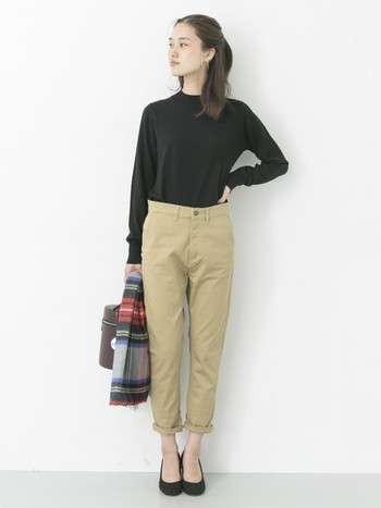 何でも無いブラックのニット、サイズ感のちょうど良いチノパンのカジュアルなベーシックスタイル。足首見せで抜け感を出したり、アクセントにチェック柄のストールや個性のあるバッグを持つことも「チープ・シック」上級者の着こなしです。