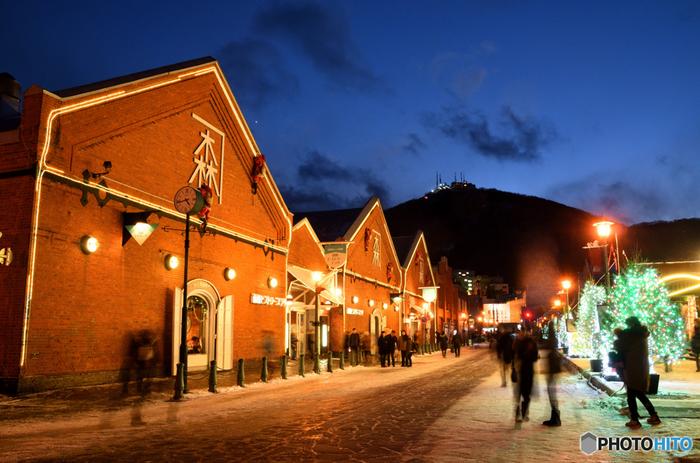 12月になると、函館市内は一気にクリスマスモードになります。観光名所の金森倉庫ではクリスマスツリーの点灯式が行われ、華やかでウキウキとした気持ちになります。 11月から比べると寒さは一層厳しくなり、積雪の影響で歩くことが大変になります。防寒・足もと対策はしっかり行う必要があります。