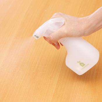 軽くて持ちやすいコンパクトサイズのスプレーは洗剤の詰め替えにぴったりです。本体容量は180mlで約180回のスプレーが可能。ONとOFFの切り替えも付いているので、子どもさんが触っても安全ですね。