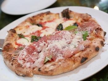 ハーフ&ハーフで楽しめるピザは、たくさんの量を一度に食べられない女性にとっても、嬉しいですね。