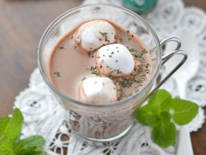 ココアにマシュマロを入れると優しい甘みが加わり、溶けるとクリーミーに。仕上げにミントを加えて。こちらはドライミントですが、フレッシュなミントならより爽やかな味わいに仕上がります。