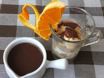 苦めに作ったココアに、バニラアイス、8等分に切ったオレンジを添えたショコラショー。苦みと甘みのバランスが絶妙な大人のお味です。