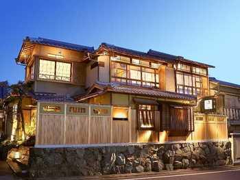 せっかくの京都旅行だから奮発して老舗高級店が立ち並ぶ八坂通りにある天ぷら屋さんで、京都の「粋」を感じてみませんか?
