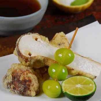海老やアユなどの魚介はもちろんのこと、松茸や銀杏など季節の野菜もあっさりと軽く、素材の旨味を活かした状態で揚がる天ぷらたち。ついてくる天つゆやお塩の美味しさも絶品です。