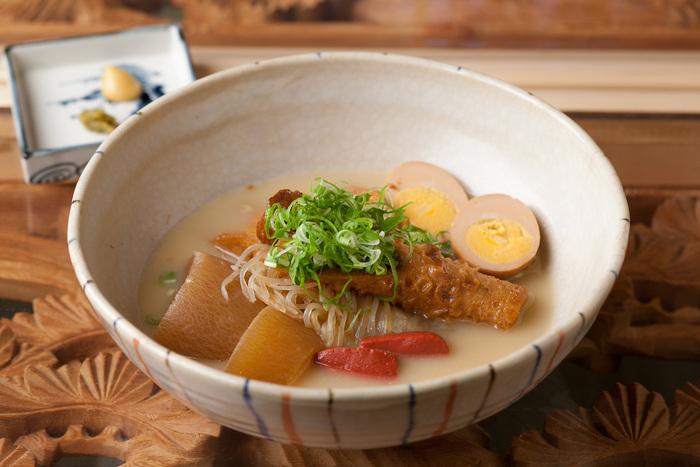 こちらは「白いおでん」。お出汁の優しいお味が口いっぱいに広がります。おでんはもう一種類、名古屋の味噌おでんのような 「黒いおでん」があります。どちらも美味しいと評判です。