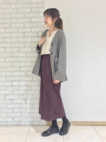 紳士的なジャケットに、マダムなミディ丈スカート。この対照的な合わせこそ、着こなしを高度なミックススタイルに導きます。