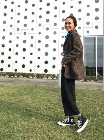 足首よりも少し短めのパンツには、やっぱり隙間を埋められるハイカットスニーカーがお似合い♡ソックスをチラ見せすると、さらにファッションへの丁寧さが伝わります。