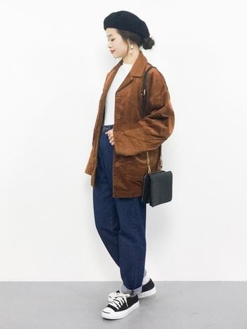程よい色の浅さが絶妙なブラウンジャケット。ボトムは立体的なパターンの少年風デニムをチョイスして、ちょっぴり80年代ルックを意識!